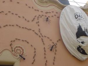 Λεπτομέρεια από τον τοίχο του σπιτιού που διακόσμησε ο Νταλί